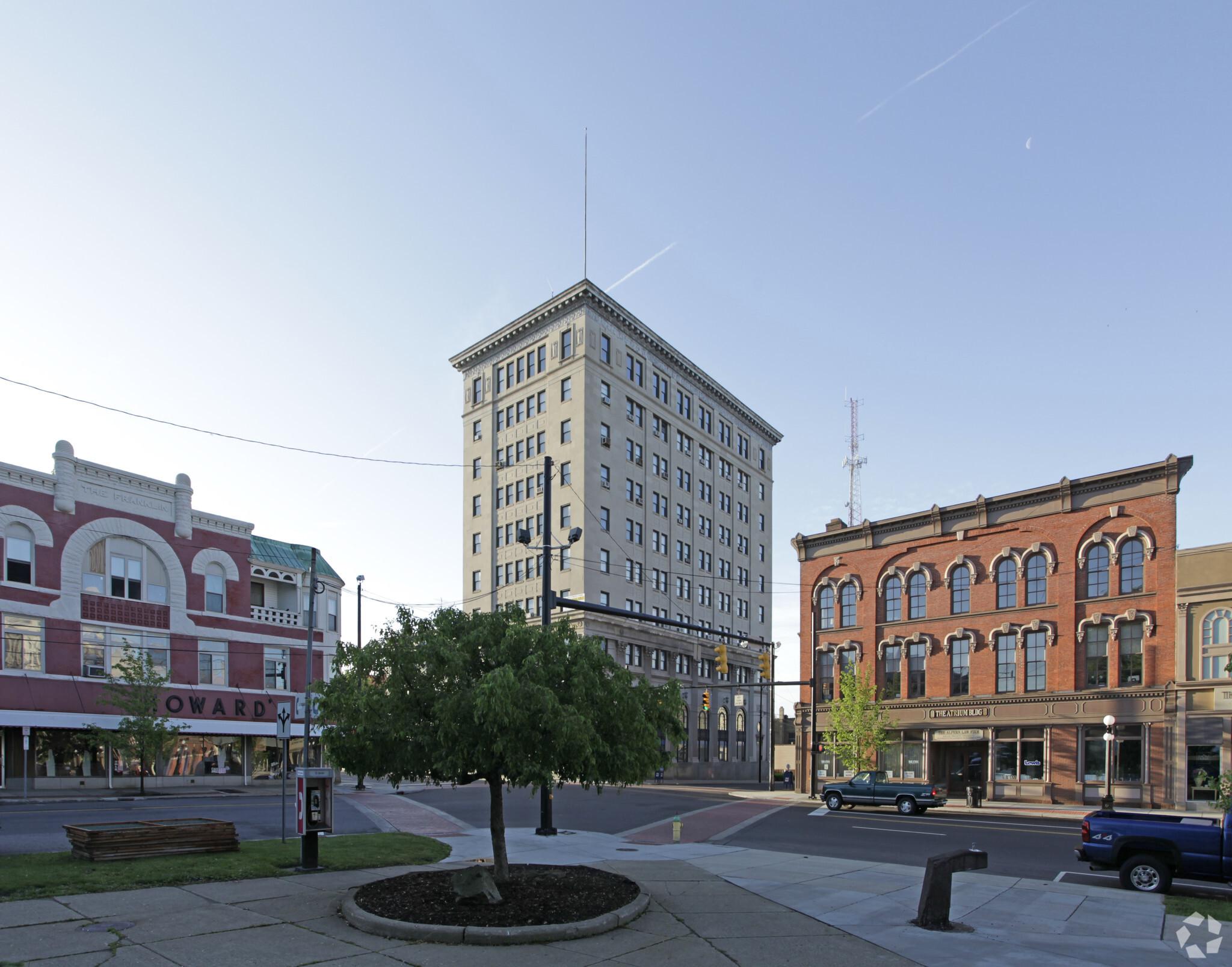 106 E Market Street Building in Warren